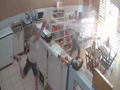 La mujer brasileña se encontraba limpiando la tienda cuando entró un hombre armado