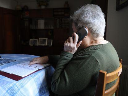 Una mujer habla por teléfono.