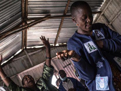 Betty Muhambe le canta a Dios en la iglesia de Kawangware, en Nairobi, Kenia. Su hermano es una de las más de 20 víctimas mortales que ha dejado la violencia policial desde marzo de 2020.