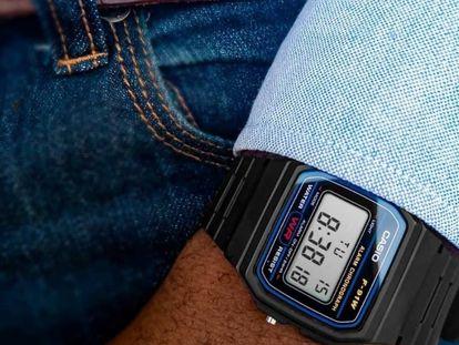 Elegimos uno de los relojes más retro que puedes encontrar en Amazon a un precio muy asequible.