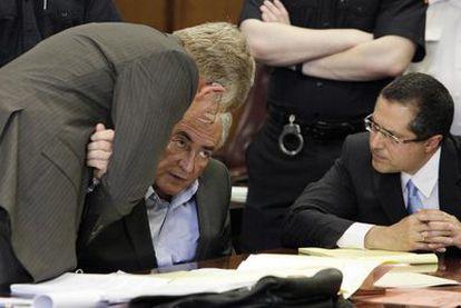 Strauss-Kahn (centro) consulta con sus abogados el jueves durante la vista en la que se aprobó su puesta en libertad bajo fianza.