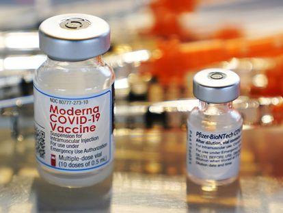 Dosis de Moderna y Pfizer de la vacuna contra el coronavirus en una clínica.