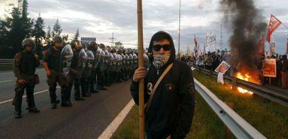 Policías y manifestantes argentinos frente a frente este jueves en una autopista de Buenos Aires.