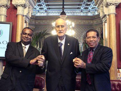 Iñaki Azkuna, en el centro, junto a los representantes de Malasia.