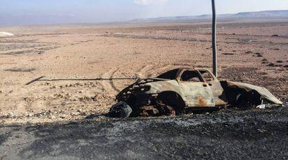 Restos de un vehículo destruido en un margen de la carretera entre Damasco y Alepo.