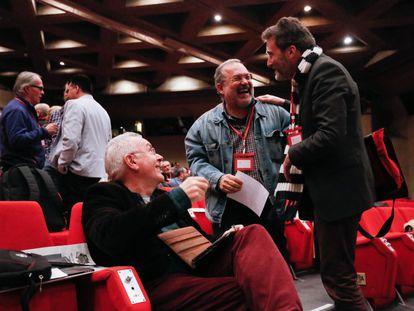 Cayo Lara, sentado, conversa con Mauricio Valiente, a la derecha.
