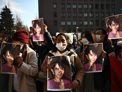 Un grupo de activistas de Myanmar sostiene el retrato de Aung San Suu Kyi, durante una protesta frente a la Universidad de las Naciones Unidas en Tokio (Japón). Las detenciones de los líderes en sus residencias de Naypidaw durante la madrugada ocurrieron solo horas antes de que el Parlamento tuviera prevista su sesión inaugural.
