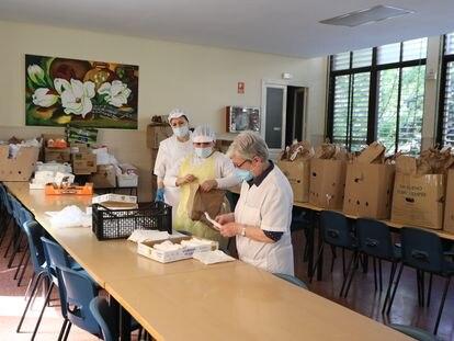 Trabajadores de un comedor social en Madrid, el 8 de mayo.