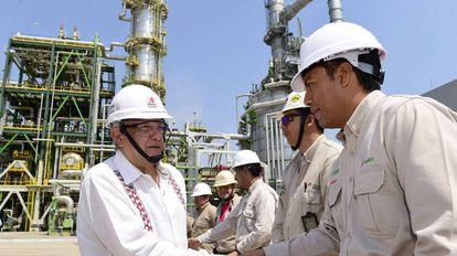 López Obrador, durante una visita a una refinería de Pemex en mayo.