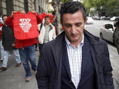 Empleados de Canal 9 reciben a gritos al exdirector Pedro García, ante la Audiencia Nacional.