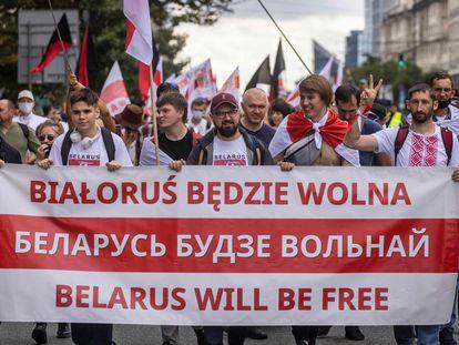 Miembros de la diáspora bielorrusa marchan en Varsovia, Polonia, en conmemoración al primer aniversario de las protestas contra Aleksandr Lukashenko, este domingo 8 de agosto.