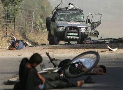Varios heridos yacen junto al cadáver de Fadel Shaana, fotógrafo de la agencia Reuters cuyo coche fue alcanzado ayer por un misil israelí.