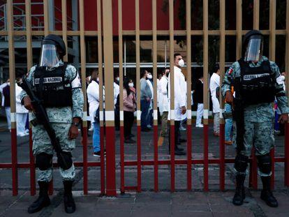 Miembros de la Guardia Nacional resguardan las instalaciones del Hospital General de México.