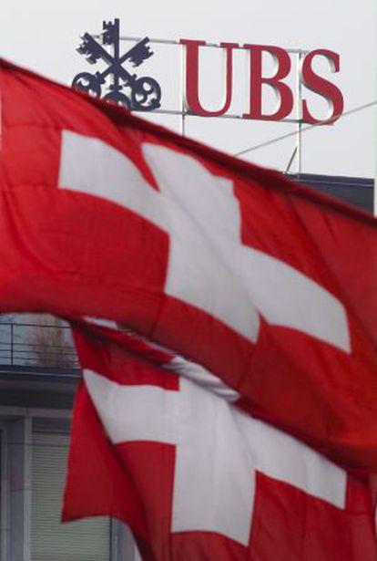 Banderas suizas ondean delante de la sede de UBS en Zúrich
