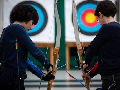 Dos pacientes de cáncer de mama practican tiro con arco en el Sporting Club Casino de A Coruña.
