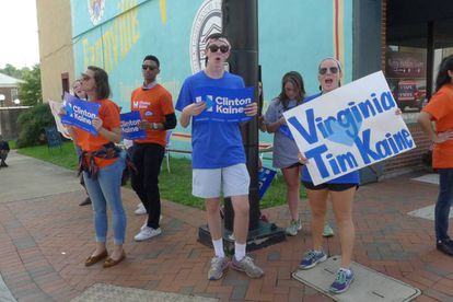 Partidarios de Clinton y Kaine, en la calle principal de Farmville (Virginia).