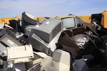 Ordenadores apilados en un almacén de una planta acreditada de tratamiento de residuos de aparatos electrónicos en Campo Real ( Madrid).