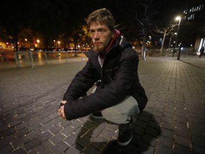 El joven estonio denuncia ante el juez a los agentes por agredirle tras la muerte del animal en plena calle