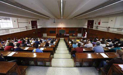 Opositores examinándose este sábado en un aula de Derecho de la Universidad Complutense, en Madrid