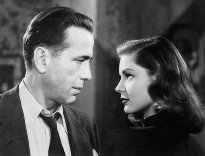 En 'El sueño eterno', Humphrey Bogart dio vida a Philip Marlowe (en la imagen, con Lauren Bacall), y dejó para la posteridad la imagen de detective privado que ha calado en la imaginación de los espectadores.