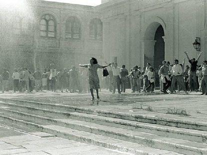 Liz Fernández enfrenta a los camiones hidrantes de la dictadura durante una protesta frente a la Catedral de Asunción, el 26 de abril de 1986.