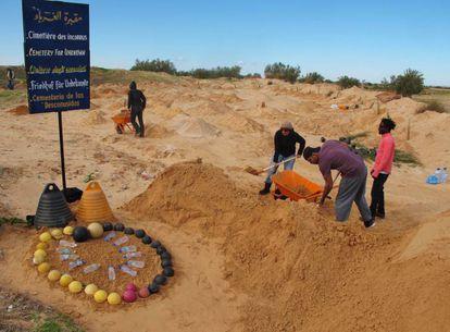 Un grupo de voluntarios adecentan el cementerio para los migrantes fallecidos en el sur de Túnez