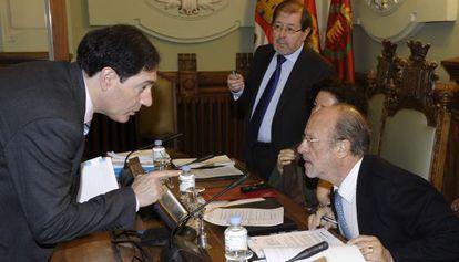 El alcalde de Valladolid conversa con el portavoz del PP en el Ayuntamiento de Valladolid.