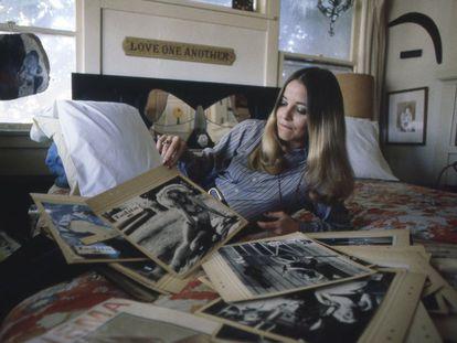 Sue Lyon, que interpretó a Lolita en la película de Stanley Kubrick, posa en su vivienda de Los Ángeles en 1982.