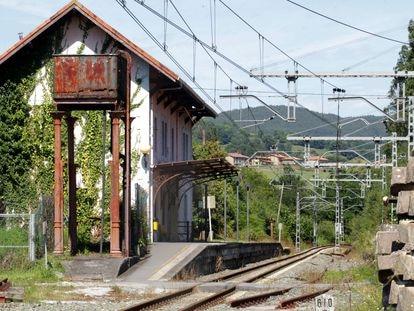 La línea férrea Bilbao-Santander en la estación de Villa Verde de Trucios Bizkaia 2, a principios de agosto.