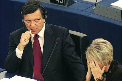 Barroso y la comisaria designada, la sueca Margot Wallstrom, durante el debate parlamentario.