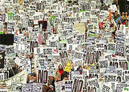 Miles de personas marchan, ayer, por el centro de Londres en contra de la posibilidad de una guerra en Irak.