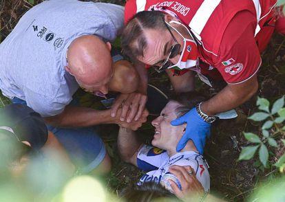Remco Evenepoel, atendido este sábado por personal médico y miembros de su equipo tras una dura caída en el Giro de Lombardía.