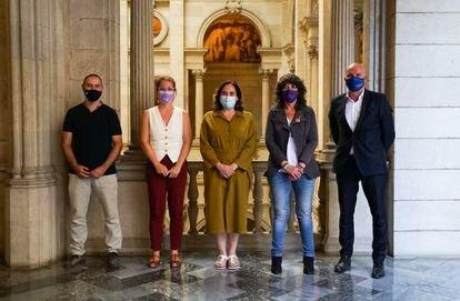 El concejal Eloi Badia; la teniente de alcalde Janet Sanz; la alcaldesa de Barcelona, Ada Colau, y la consellera Teresa Jordà, este lunes.