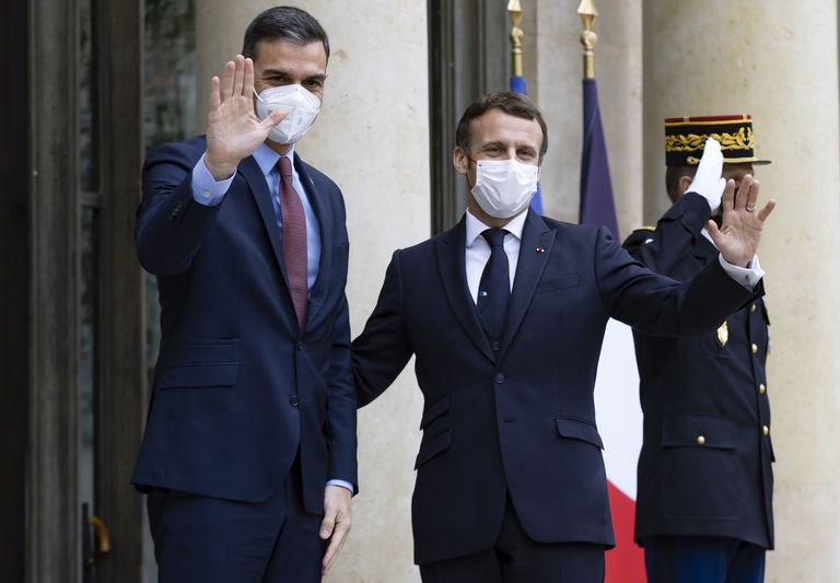 Sánchez and Macron, in their last meeting, on December 14 in Paris.  The Spanish president had to maintain a quarantine afterwards because the Frenchman tested positive for covid.