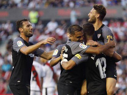 Los jugadores del Sevilla felicitan a André Silva tras su primer gol.