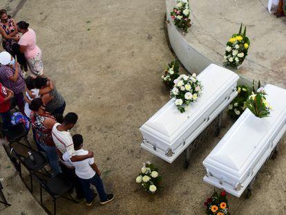 Familiares y amigos de Jonathan y Eduardo asisten a su funeral en Amatlán de los Reyes, Veracruz.