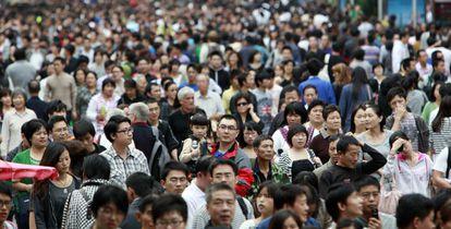 Una multitud de personas en Shanghai, en octubre de 2011.