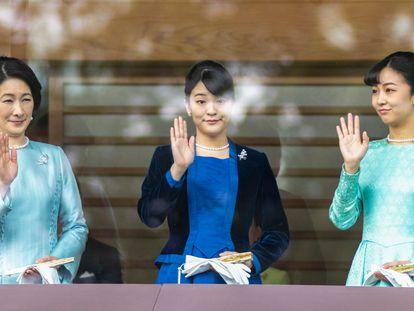 Las princesas Akishino, Mako y Kako saludan a la gente congregada ante el palacio imperial de Tokio, el 2 de enero de 2020.