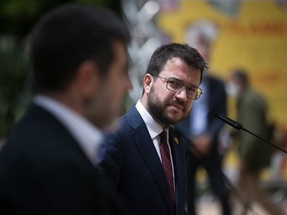 El secretario general de Junts, Jordi Sànchez (en primer término), y el presidente de la Generalitat en funciones, Pere Aragonès, escenifican este lunes el acuerdo para formar Gobierno en Cataluña