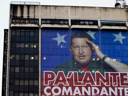 Fachada de la sede en Caracas de PDVSA en febrero de 2012 con una imagen del expresidente del Gobierno de Venezuela Hugo Chávez.