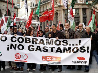Protesta en Valencia contra la retirada de la paga extra a los funcionarios. / Tania Catro