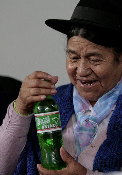 Antonia Rodríguez, ministra boliviana de Desarrollo Productivo y Economía Plural, sostiene una botella de Coca Brynco, bebida a base de hoja de coca.