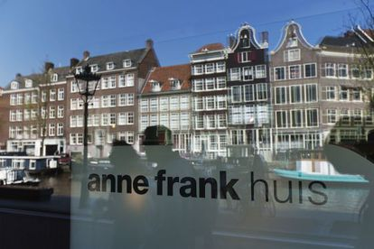 El canal se refleja en el museo de Ana Frank, en Ámsterdam.