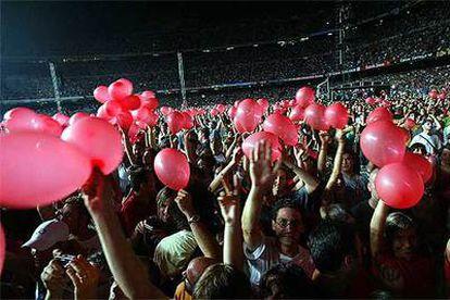 Los seguidores del grupo irlandés, durante la actuación de anoche en el Camp Nou.