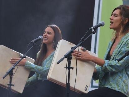 Dos de las componentes de Marala de concierto dentro de la programación de música de La Mercè 2020.