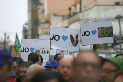 Miles de personas se manifiestan contra el plan hidrológico del Ebro.