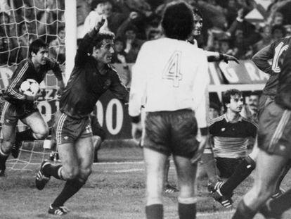 Rincón y Santillana (con el balón) celebran uno de los goles del 12-1 a Malta.