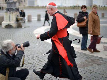 Un reportero fotografía al cardenal Marc Ouellet en la plaza de San Pedro.