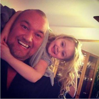 Padre e hija felices y sonrientes. La Montaña con su niñita de siete años.