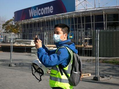 Un operario de la Fira de Barcelona tras el anuncio de cancelación del MWC en febrero de 2020.